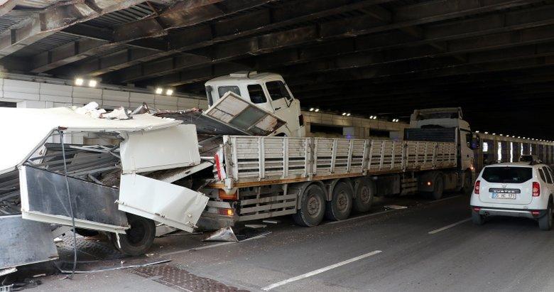 İzmir'de akılalmaz kaza! Dorsesinde kamyon taşıyan tır, alt geçitte sıkıştı