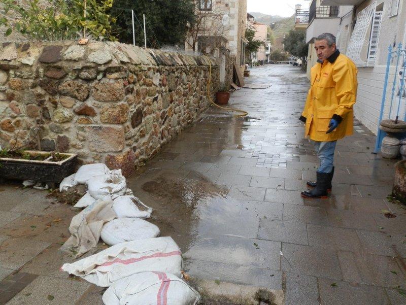 İzmir Foça'da tarihi taş evler sular altında! Sebebi ise yükseltilen yol