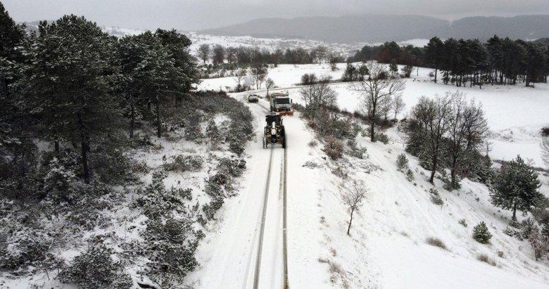 Uşak'ta kar yağışının etkili olduğu köy yollarında çalışmalar sürüyor