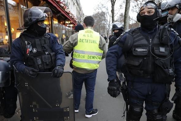 Fransa'da son dakika gelişmesi! Paris'te hayat durdu, gösteriler sürüyor
