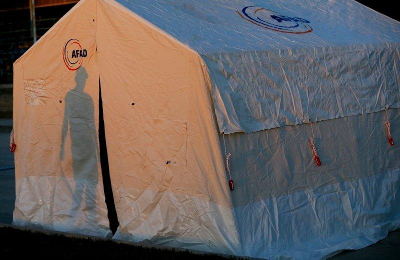 Denizli'de depremzede vatandaşlar ilk geceyi böyle geçirdi