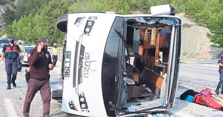 Lösemili öğrencilerin tur otobüsü devrildi