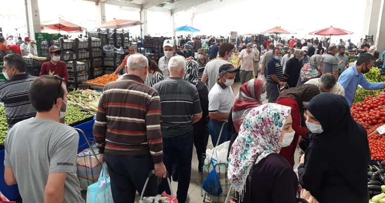 Afyonkarahisar'da yaşlılarda pazara akın edince sosyal mesafe hiçe sayıldı