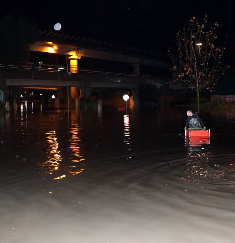 İzmir'i şiddetli yağış vurdu