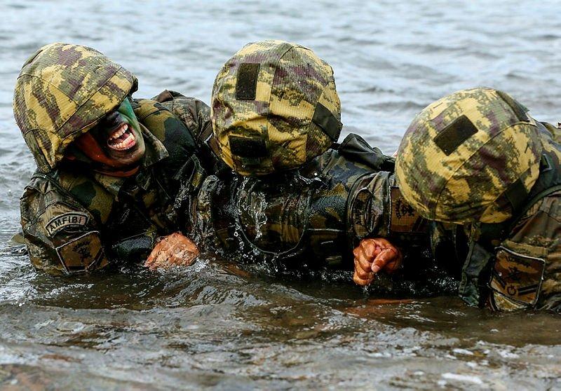 'Timsah' olarak adlandırılıyorlar! İşte karada ve suda düşmanın korkulu rüyası 'Amfibi piyadeler'