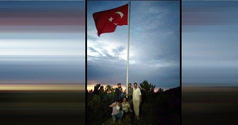 Kütahyalı vatandaşlar kampanya yapıp köylerine dev Türk bayrağı diktiler