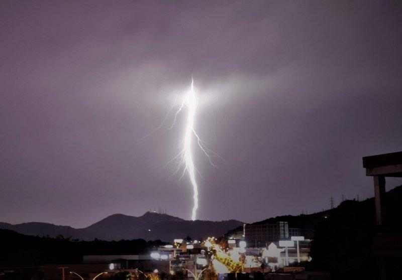 Bodrum'da şimşek ve yıldırımlar geceyi aydınlattı