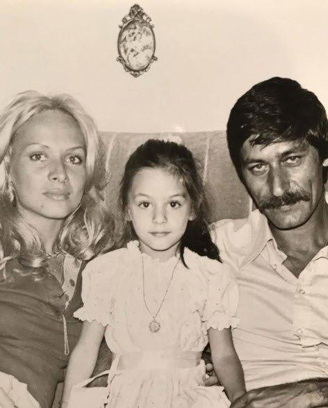 Fotoğraftaki bu küçük kız çocuğunu tanıdınız mı? Görenleri çok şaşırttı