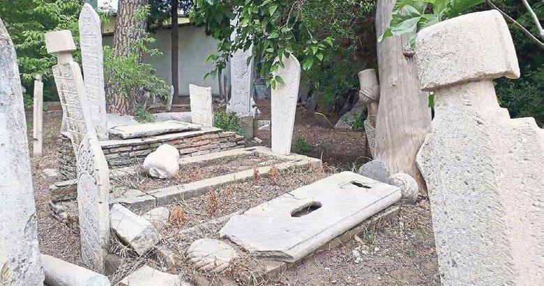 Asırlık Osmanlı mezarı bakımsızlıktan yıkılıyor