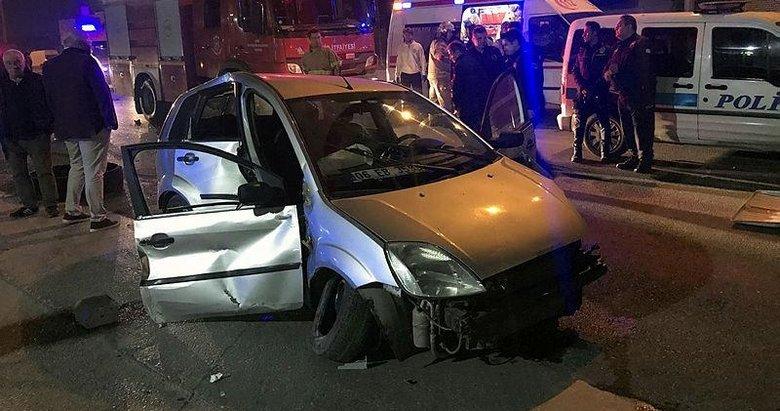 İzmir'de otomobil aydınlatma direğine çarptı