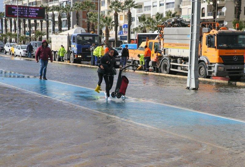 İzmir'i sağanak ve lodos vurdu! Kordon sular altında kaldı, Karşıyaka'da tramvay seferleri durdu