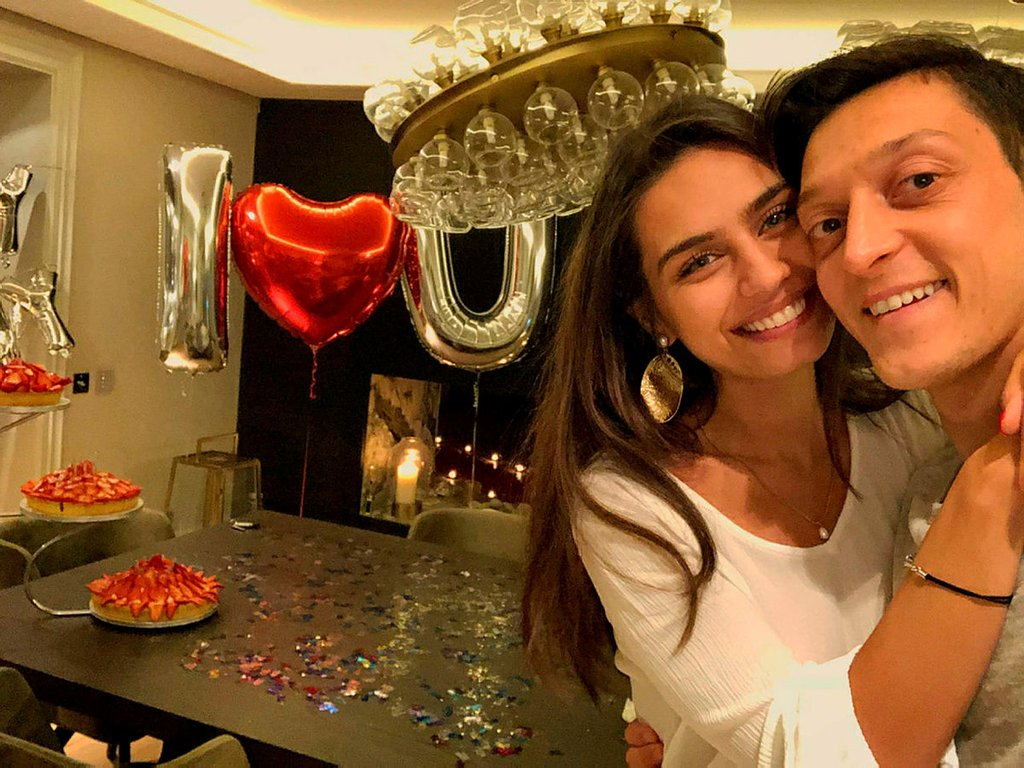 Mesut Özil ile evlenecek olan Amine Gülşe'nin gelinliği olay oldu