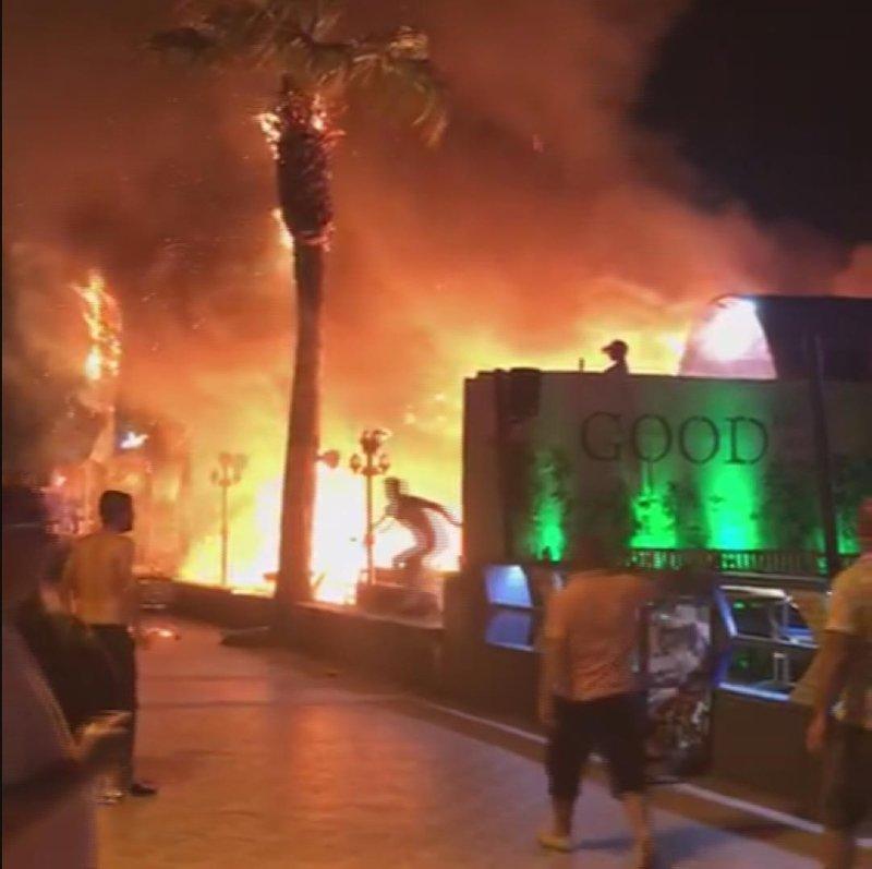 Muğla'da mühürlenecek iş yerindeki masa ve sandalyeleri ateşe verdiler
