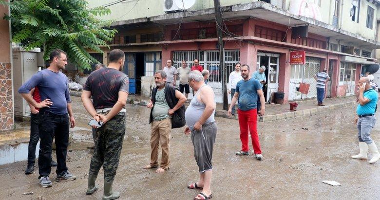 İzmir Karabağlar'da etkili olan sağanak ve dolu iş yerlerini kullanılamaz hale getirdi! Vatandaşlar isyan etti