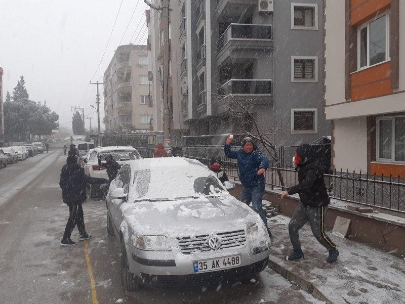 İzmir'de kar yağışı coşku yarattı