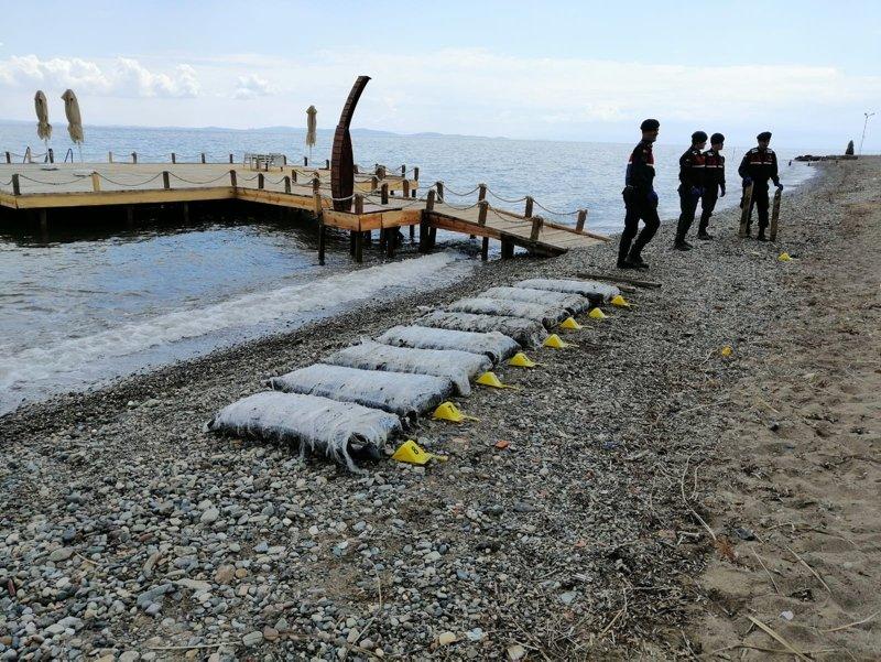 Balıkesir'de ilginç olay! İki gündür paketler halinde sahile vuruyor