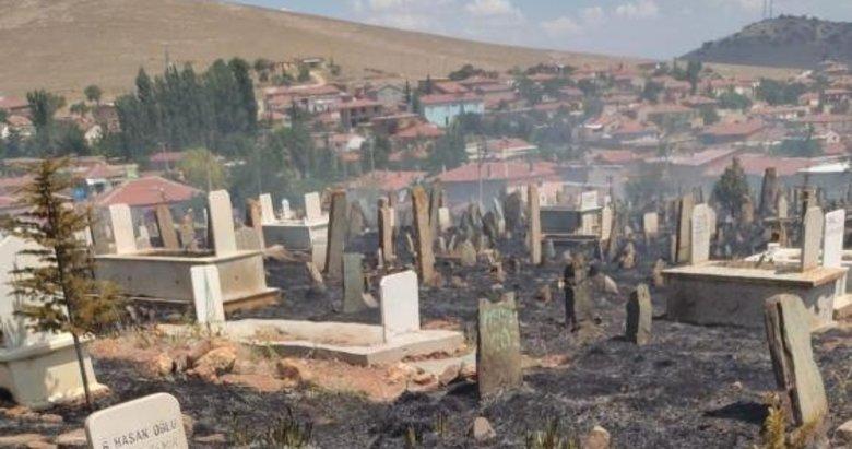 Köy mezarlığı alev alev yandı