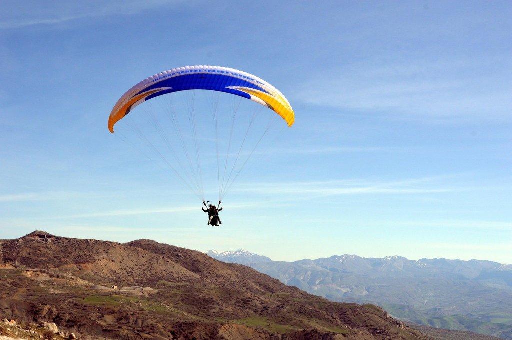 PKK'dan temizlenen Namaz Dağı'nda gençler paraşüt keyfi yapıyor