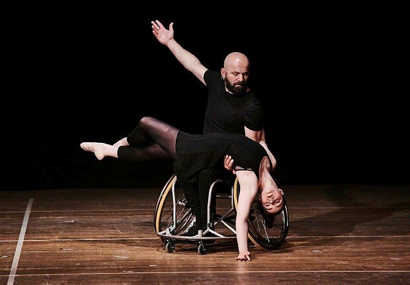 Tekerlekli sandalyeyle dans ediyor! Hedefi engellilerin hayatına dokunmak