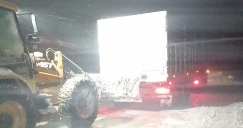 Kütahya'da tipi nedeniyle yolda kalan TIR ve otomobil kurtarıldı