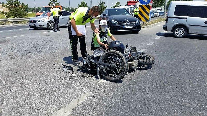 Ters yönde ilerleyen otomobille motosiklet çarpıştı: