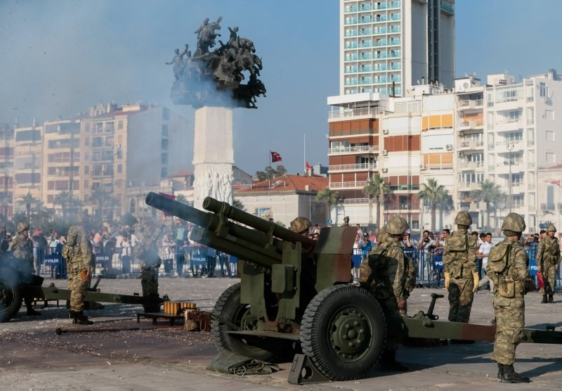 Başkan Erdoğan için İzmirde top atışı