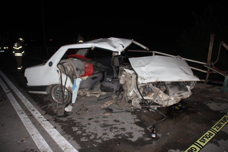 İzmir'in Kınık ilçesinde feci kaza! Alkollü sürücü köprü korkuluklarına çarptı! 2 kişi hayatını kaybetti