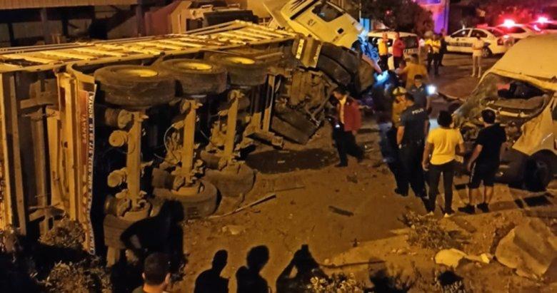 Balıkesir'de feci kaza! Otomobille çarpışan TIR beton bariyerleri aşıp....