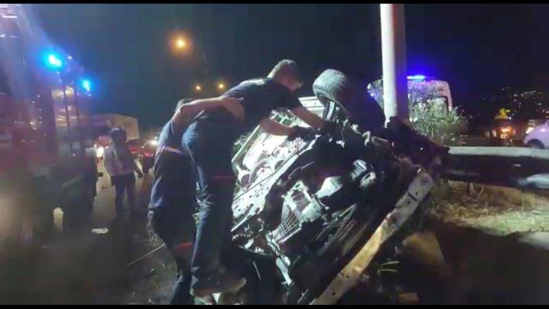 İzmirin Gaziemir ilçesinde orta refüje çarpan otomobil takla attı