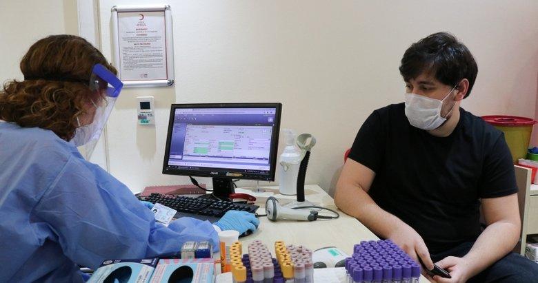 İzmir'de yoğun bakımdaki genç hastalardan etkilenen doktor plazma bağışçısı oldu