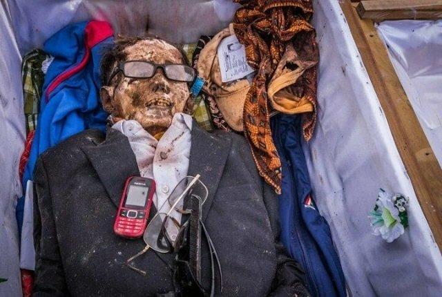 Ölüleri gömmüyorlar birlikte yaşıyorlar! O ülkede ilginç gelenek