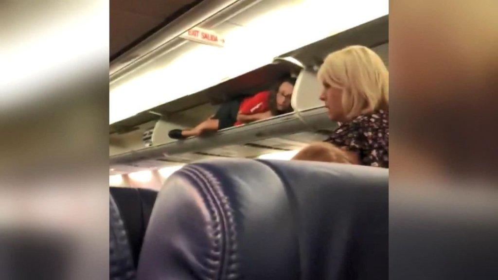 Hostesin uçaktaki hareketi sosyal medyayı salladı!
