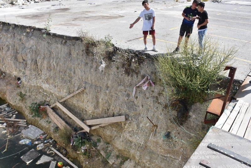 İzmir'de tehlike saçan görüntü! Belediyenin su dolu inşaat çukuruna mahalleli isyan etti!