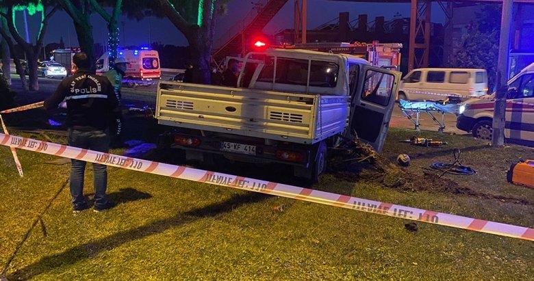 Manisa'da feci kaza! Ağaca ve direğe çarpan kamyonetteki 2 kişi...