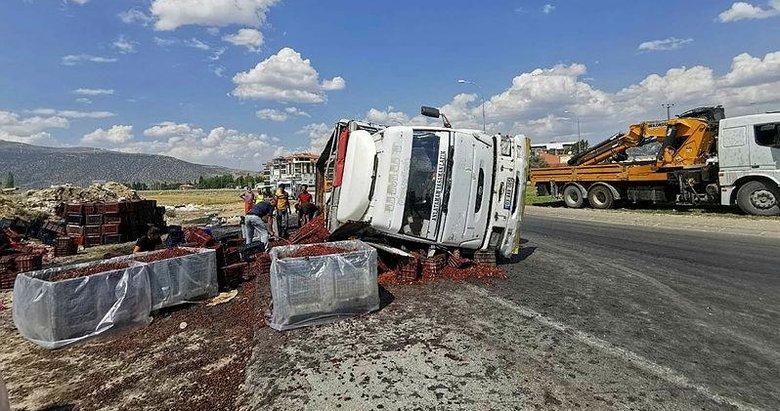 Devrilen kamyondan tonlarca vişne yola savruldu