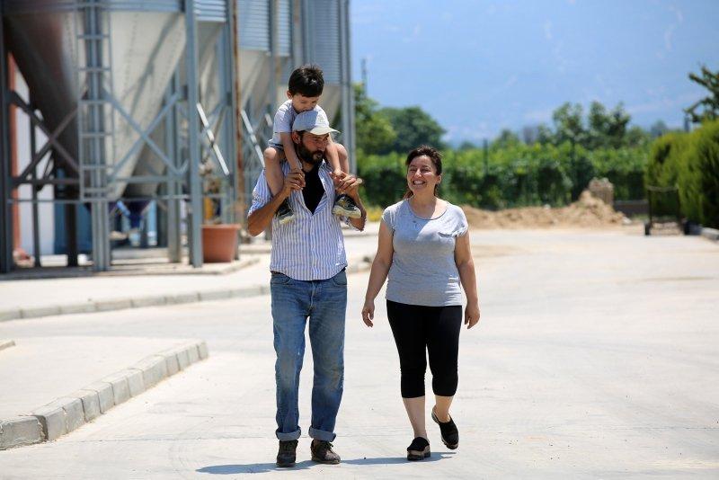 İzmir'de yaşayan çift 'her şey para değil' deyip Manisa'nın köyüne yerleşti! Huzuru köyde buldular