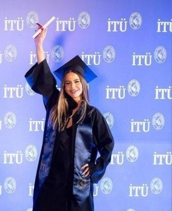 Şarkıcı Simge Sağın üniversiteden mezun oldu