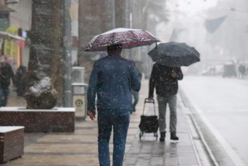 Denizli'de kent merkezinde de kar yağdı