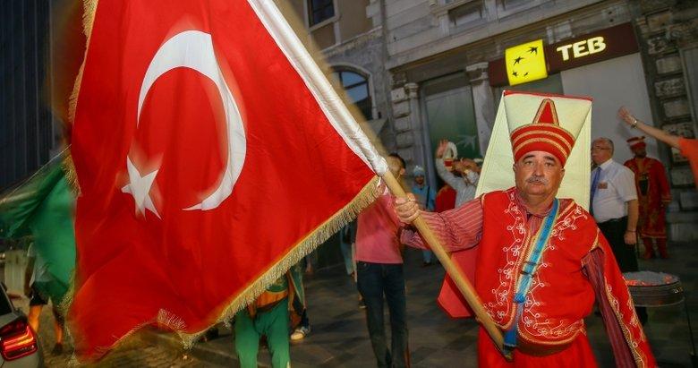 İzmir'de mehteranlı sevinç gösterileri