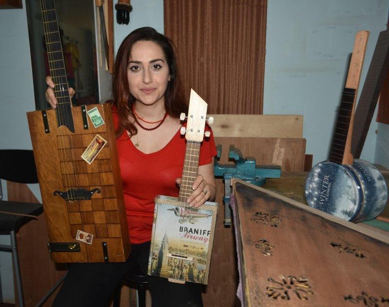 İzmir'de Türkiye'nin tek kadın kanun yapım ustasından geri dönüşüm enstrümanları