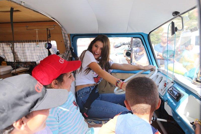 Amanda Cerny öğrencilerle okul boyadı