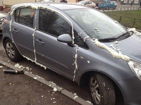 Arabasını park etti hayatının şokunu yaşadı