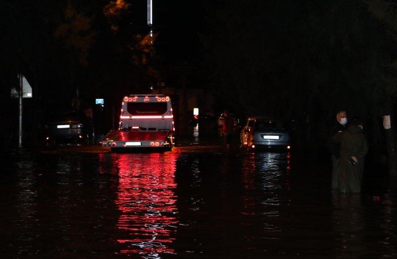 İzmir'de sağanak yağış denizi taşırdı, araçlar sular altında kaldı