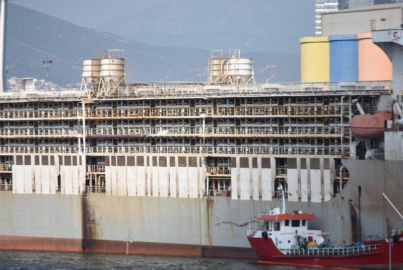 Dev gemi bu sabah İzmir'e yanaştı! Tüm şehri koku sardı...
