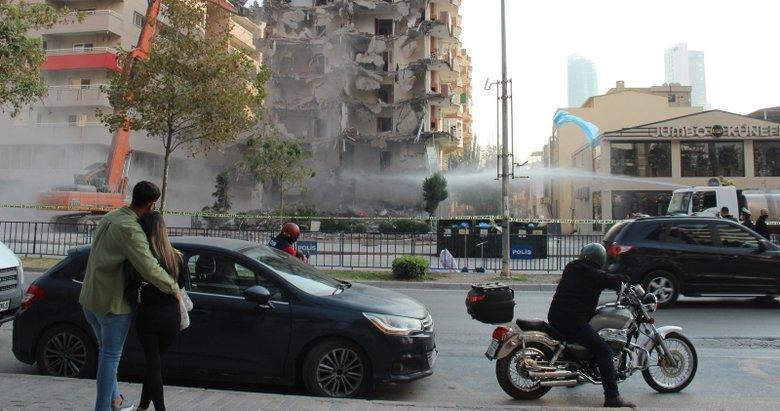 İzmir'de depremde hasar gören evler yıkılıyor