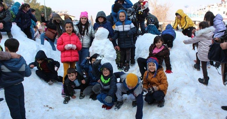 Manisa'da çocuklar taşıma karla eğlendiler