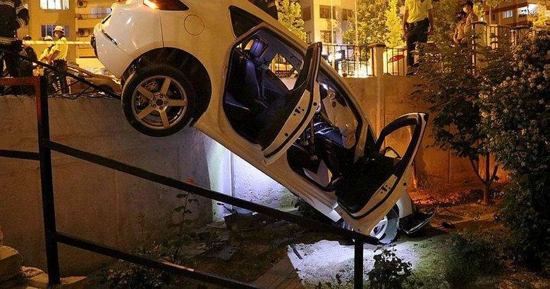 Denizli'de ilginç kaza! Kontrolden çıkan otomobil sitenin bahçesine girdi