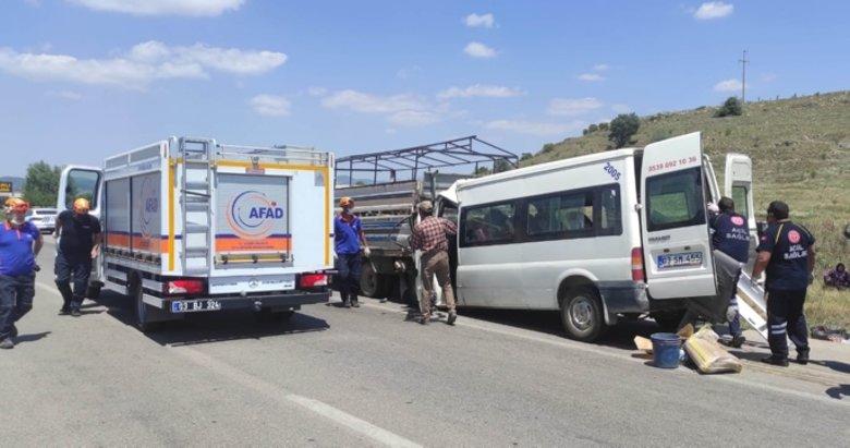 Afyon'da feci kaza! Tarım işçilerini taşıyan minibüs kamyonete arkadan çarptı