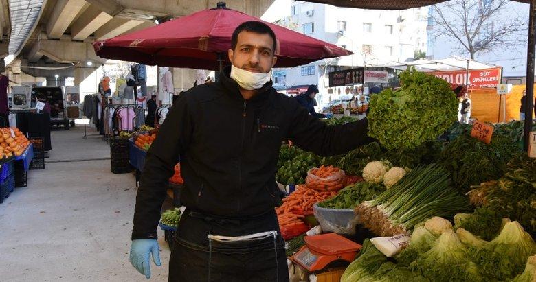 İzmir'de pazar esnafının bazısı maske ve eldiven taktı, bazısı önlem almadı