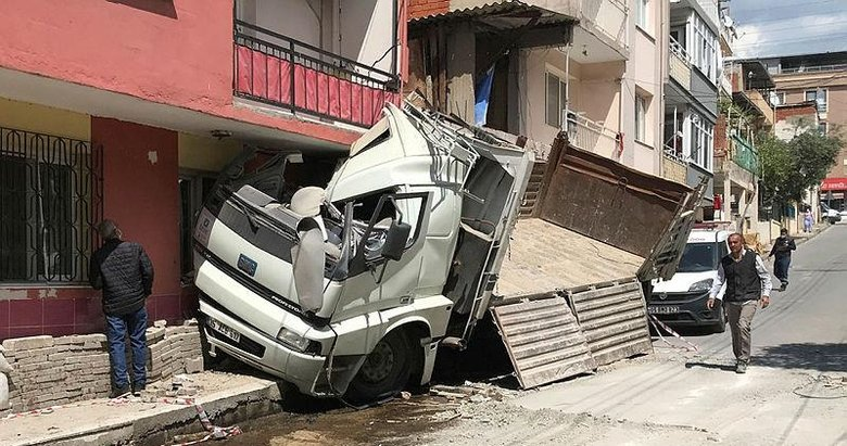 İzmir'de faciadan dönüldü! Kontrolden çıkan kamyon evin duvarına çarparak durabildi
